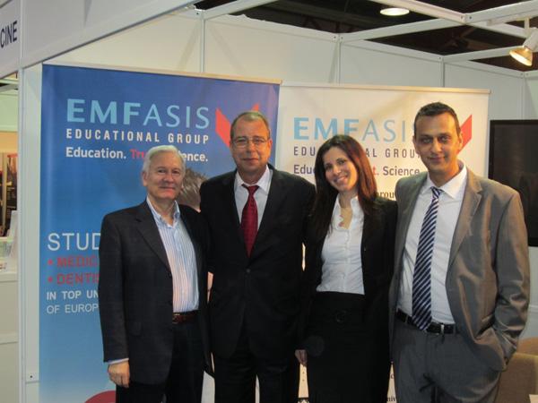 Όλη η ομάδα της EMFASIS. Εξ αριστερών ο Dr.Symeou, στο μέσον ο κ.Εμφιετζόγλου Μένανδρος, η κόρη του Ελένη (διευθύντρια γραφείων Αθηνών) και ο Ανδρέας Κουρής.